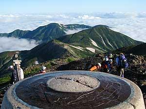 白馬岳山頂から望む朝日岳