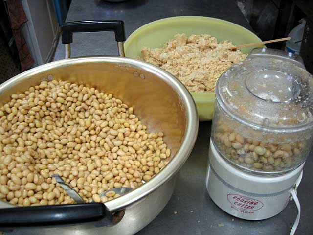 大豆をすりつぶす