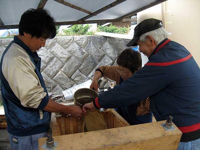 醤油搾り −もろみを舟に移す−