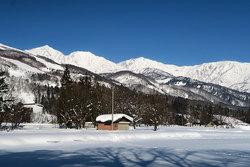 真っ青な空と真っ白な山