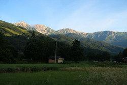 朝日をあびる白馬三山
